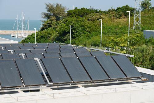 Zonnepanelen plat dak is het mogelijk en wat zijn de kosten?